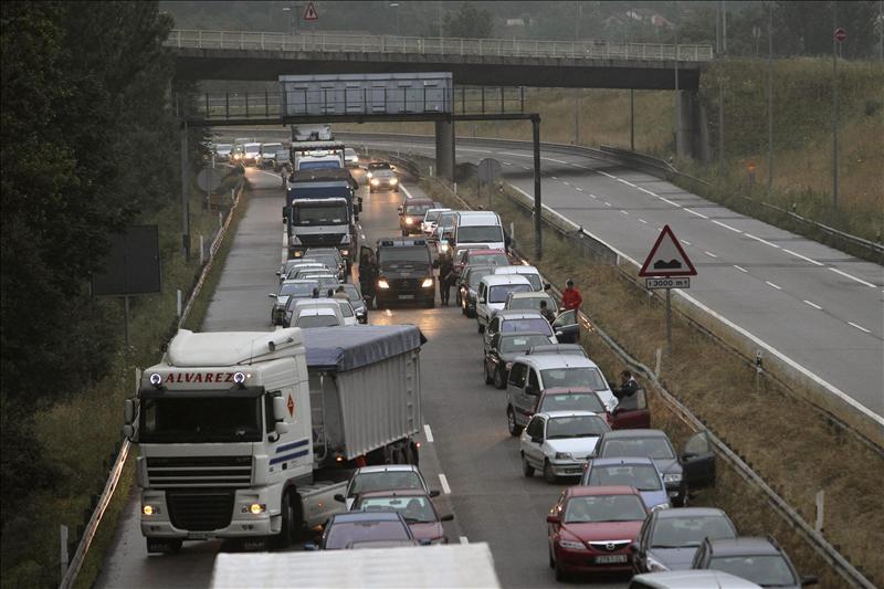 Tres detenidos en Asturias por cortar la autopista A-66 en Pola de Lena